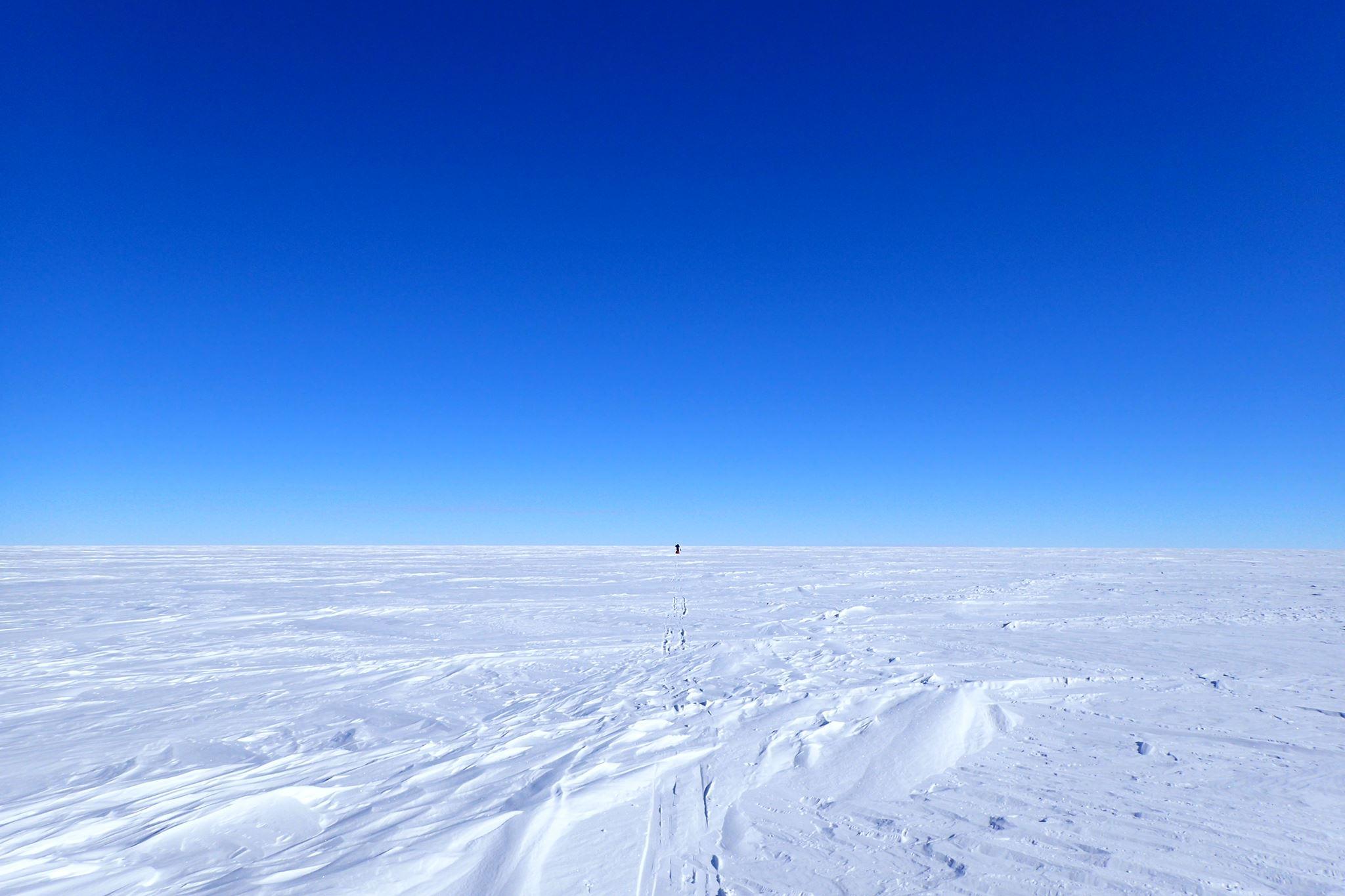 南極までソリを引いて、スキーで南極点へ向かう360度何もない景色。